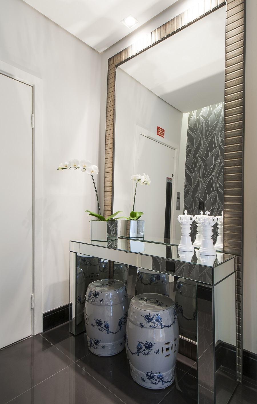 Sua combinação do espelho e aparador podem ganhar mais charme com garden seat