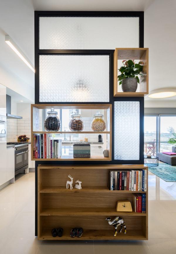 A estante consegue dividir o ambiente e decorar com seus objetos preferidos!