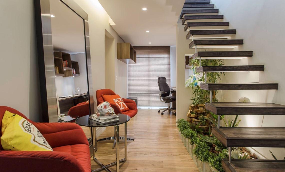 Para quem possui escada no hall de entrada pode montar um espaço aconchegante