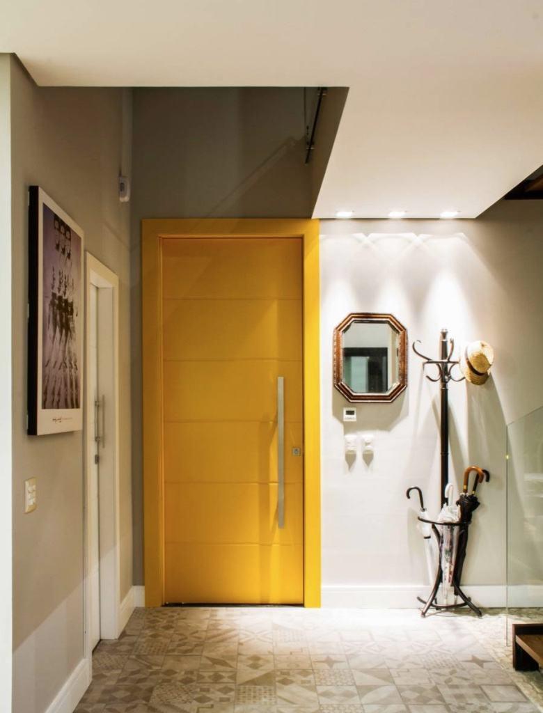 A arara de chão é um ótimo item para colocar no hall de entrada