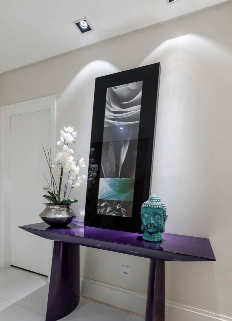 Para contrastar com o espaço clean, opte por cores vibrantes no seu hall!
