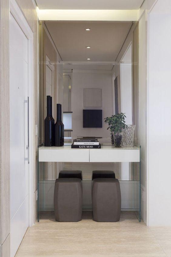 O espelho com aparador é uma combinação clássica para hall de entrada.