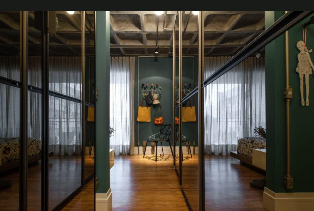 Um hall espelhado deixa o espaço amplo e moderno