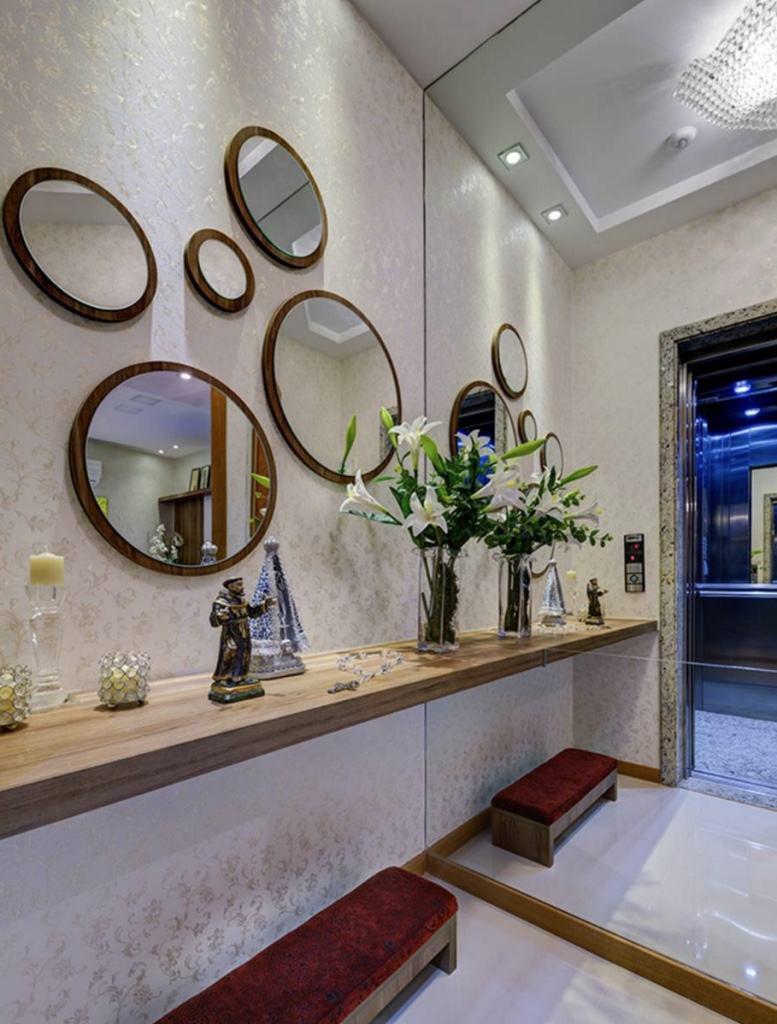 O espelho prolongou o ambiente do elevador