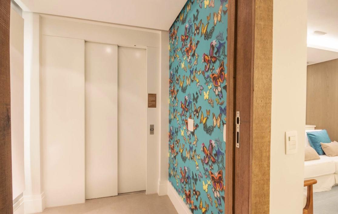 Apenas um papel de parede já leva um grande destaque ao seu hall de entrada