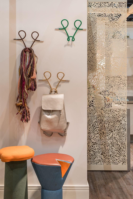 Itens modernos e arrojados decoram ainda mais seu hall de entrada.