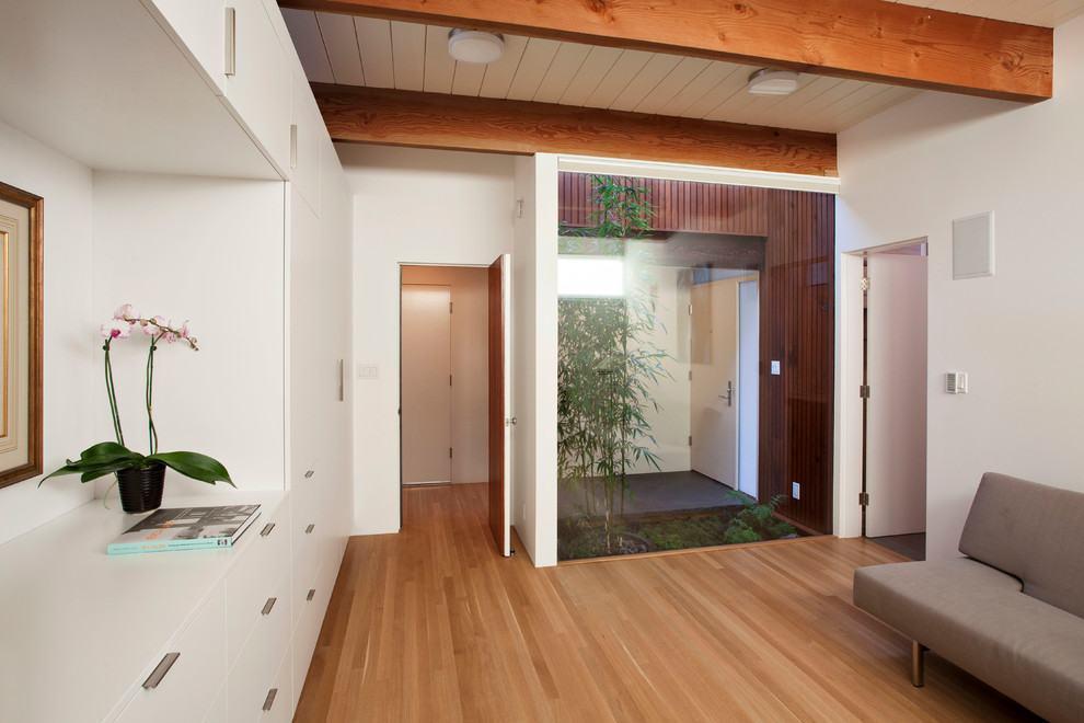 Jardim de inverno separando o hall de entrada e a sala de estar