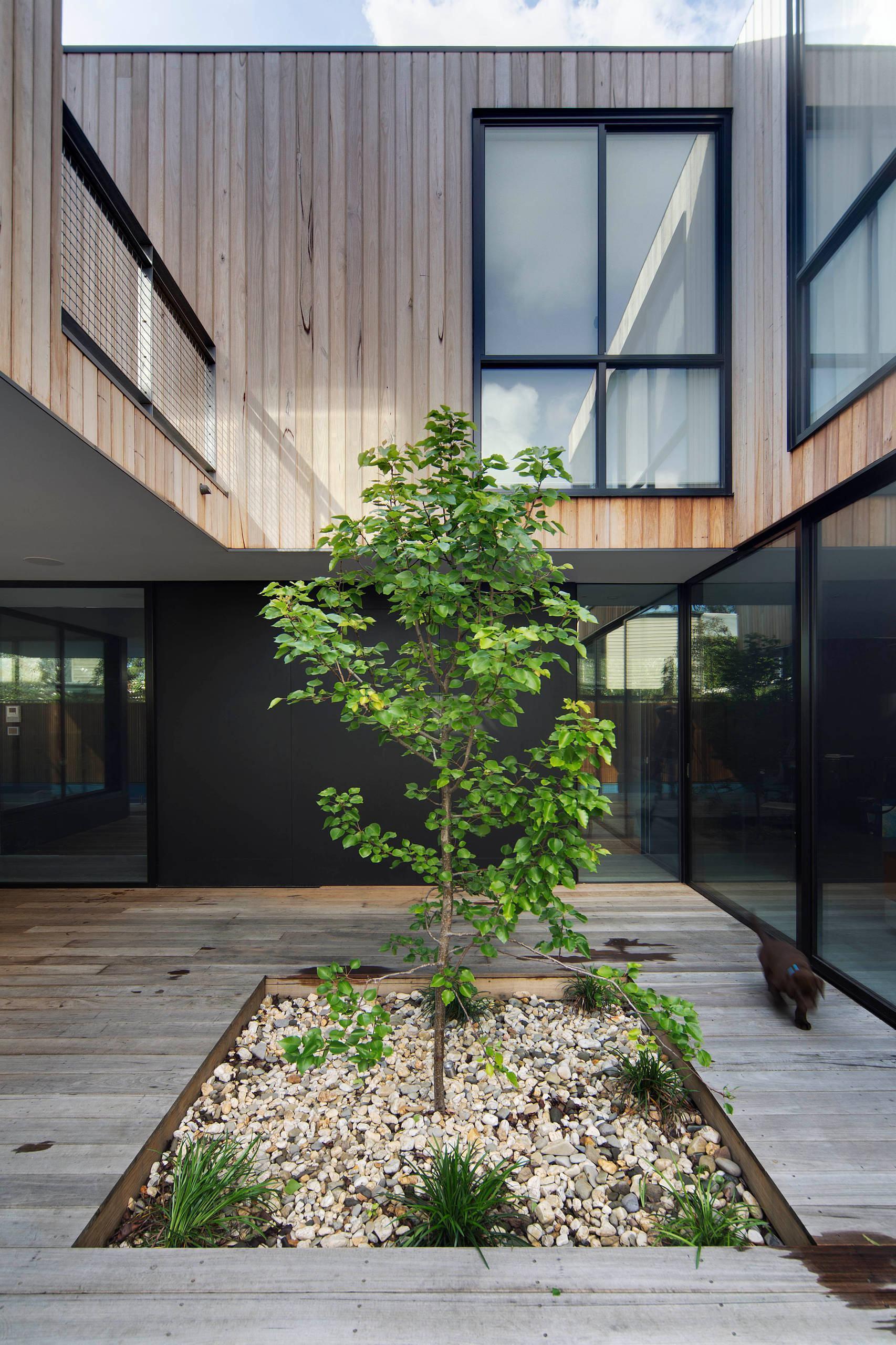 Jardim em vão central externo da residência