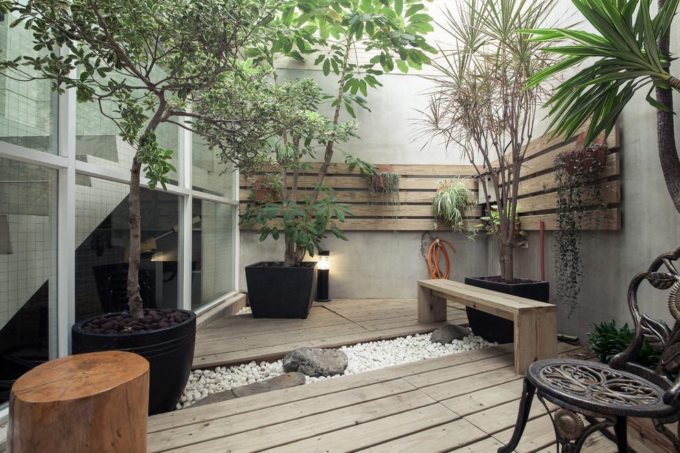 Pedras do jardim de inverno e deck de madeira