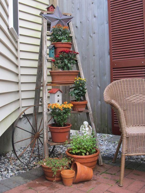 Pequenos vasos dispostos elegantemente na escada de madeira