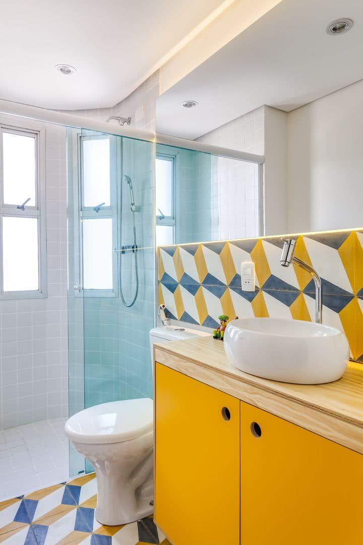 Acrescente um toque de cor com os azulejos geométricos.