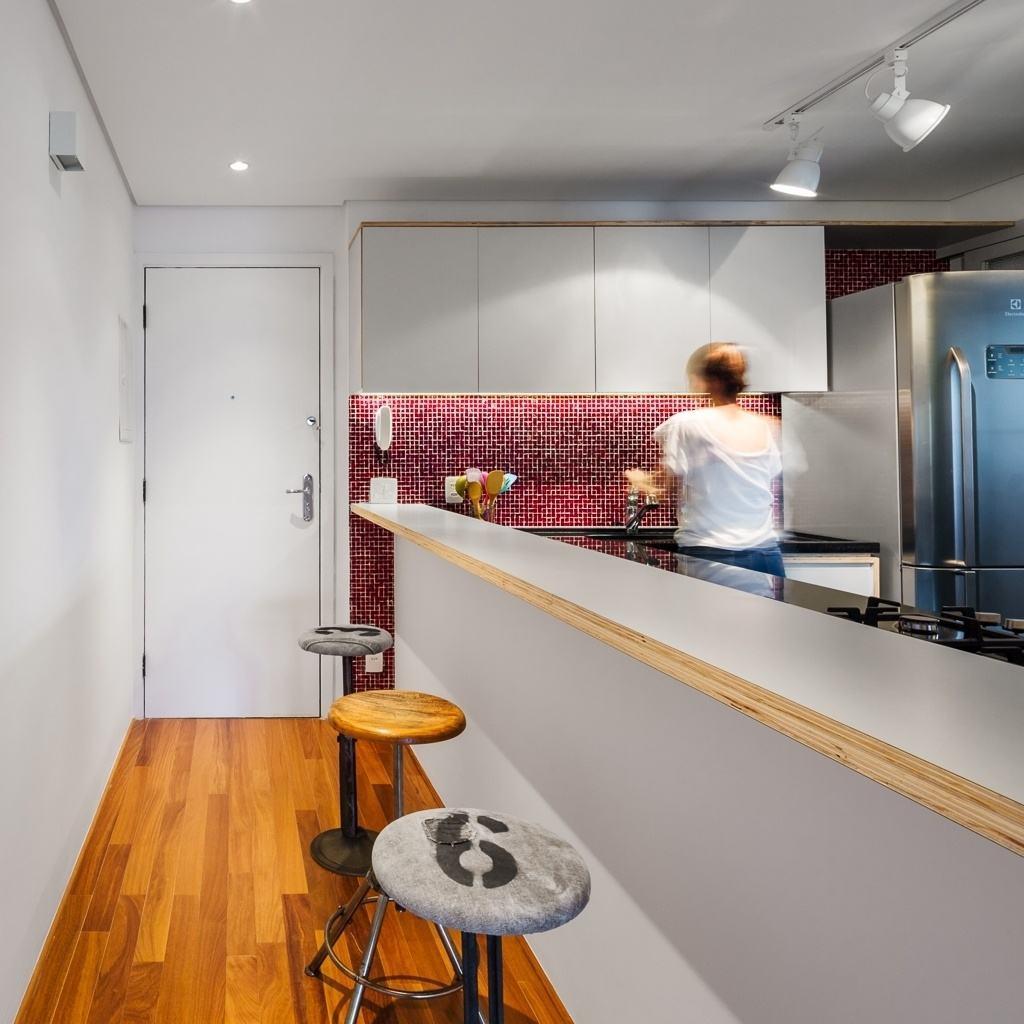 Imagem 47 – Aproveite o corredor de entrada do seu apartamento para  #AA6521 1024 1024