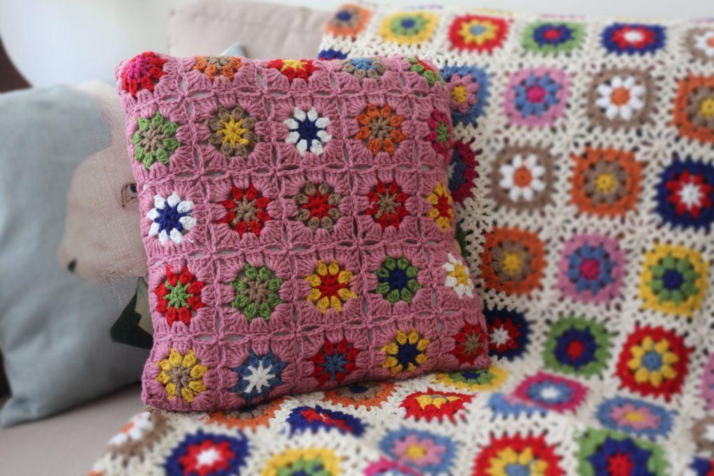 almofada-de-croche-com-flores-1