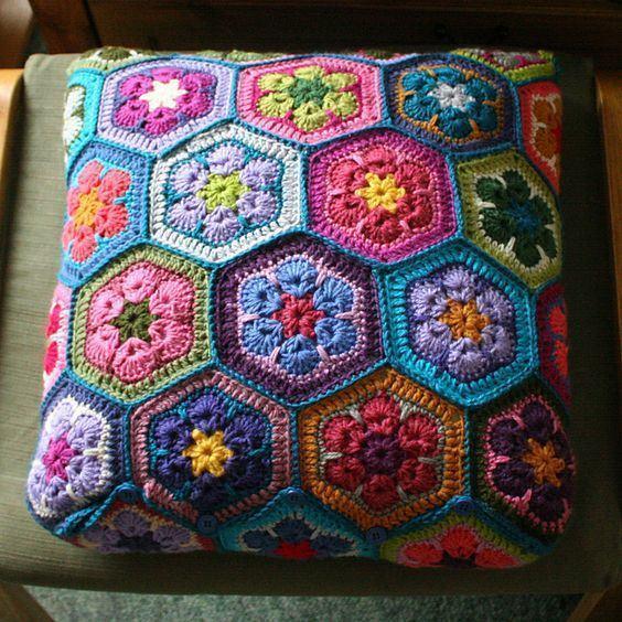 almofada-de-croche-com-flores-4