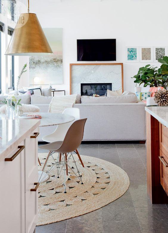 Tapete Rustico Para Sala De Jantar ~ Imagem 15 – Sala com cadeiras coloridas e sofá de couro