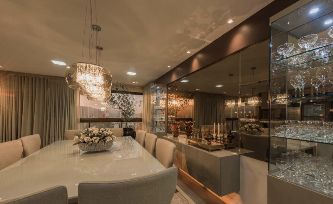 Imagem 53 – Sala de jantar moderna e sofisticada com cristaleira