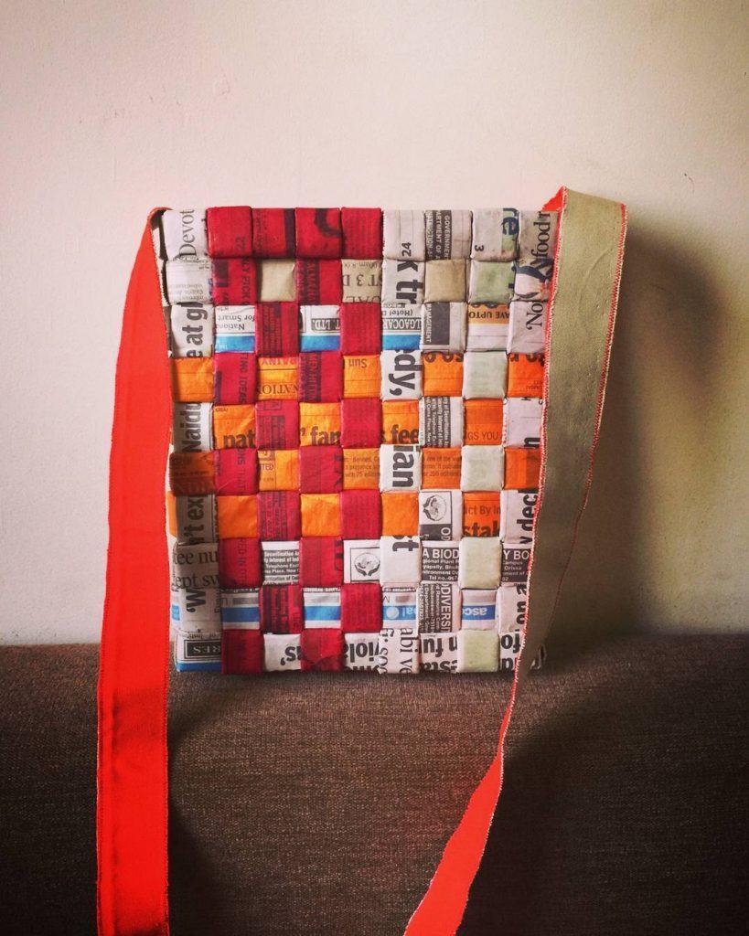 Bolsa colorida feita com camadas de jornal