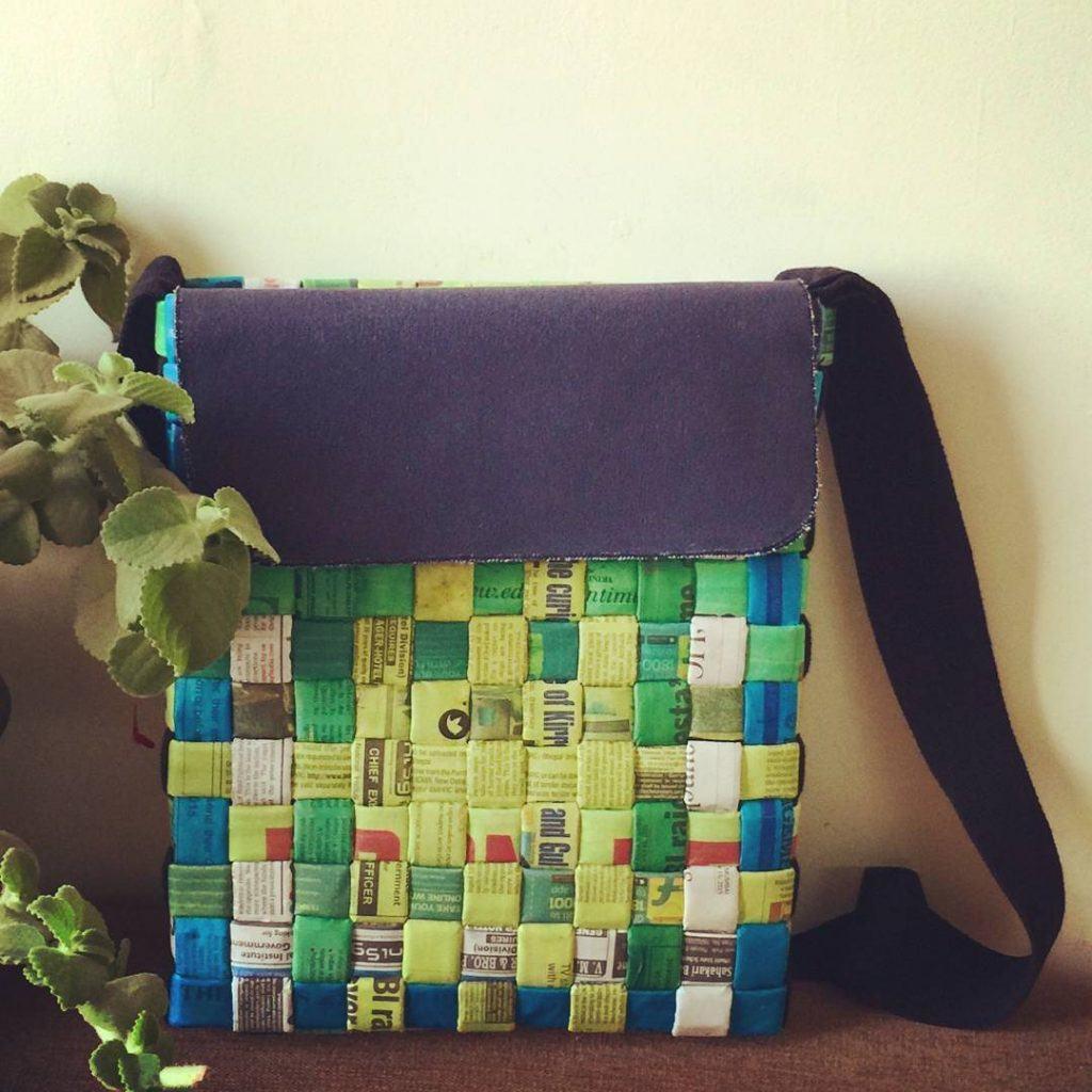 Bolsa reciclada feita com jornal e depois colorida na cor verde