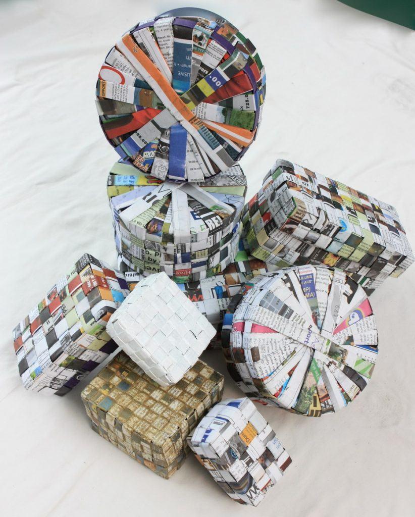Várias caixas de diversos formatos feitas com jornal