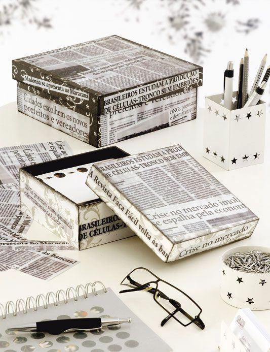 Caixas revestidas com colagens de jornal