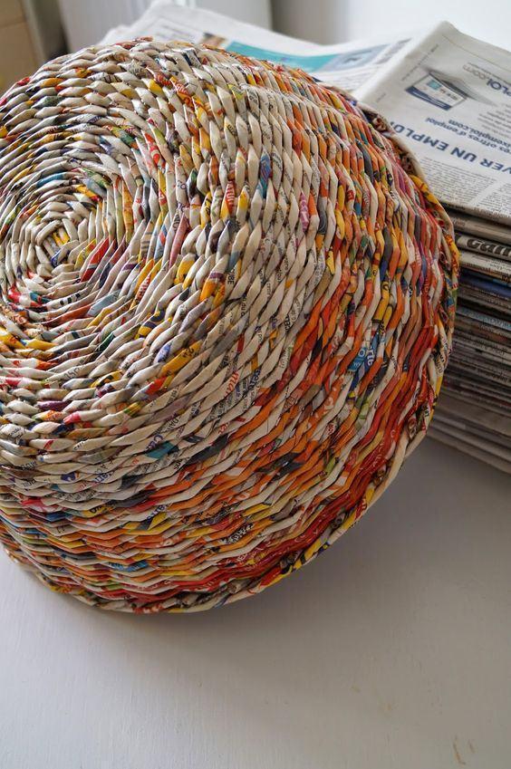Parte de baixo do cesto colorido feito de jornal