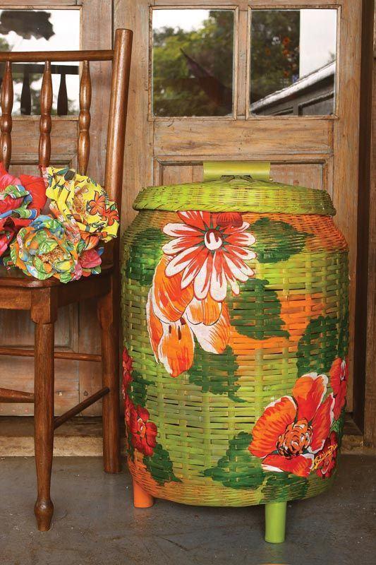 Cesto grande feito com jornal e pintado com desenhos de flores
