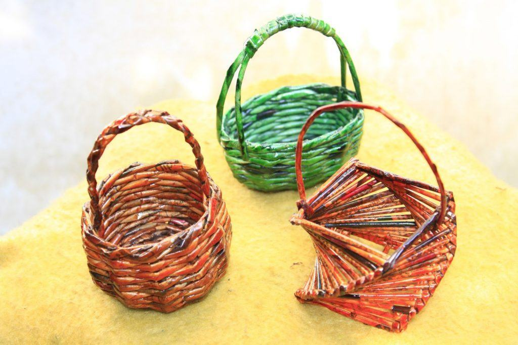 Cestos coloridos feitos comjornal