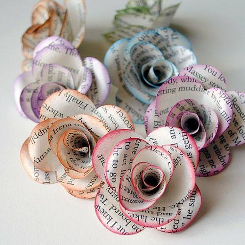 Flores de jornal com contornos coloridos suaves