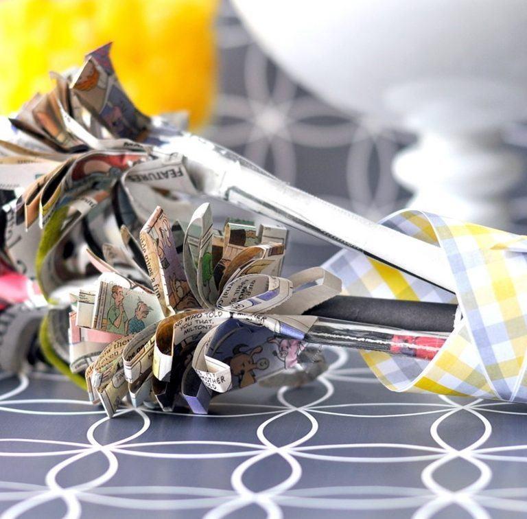 Flores de jornal simples com tiras de jornal