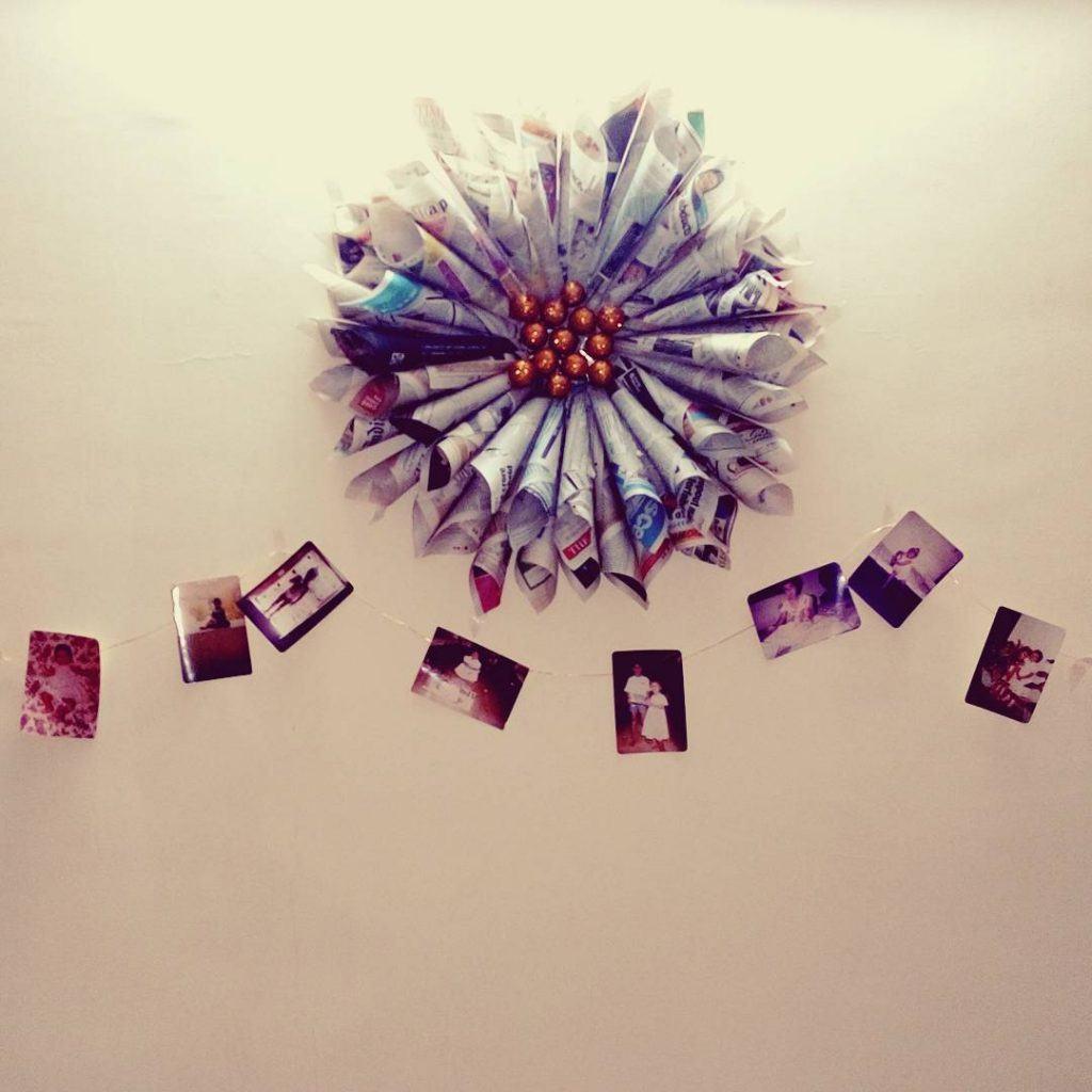 Outro enfeite para parede em formato de flor feito com jornal
