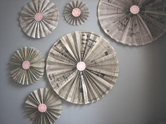 Enfeite de parede feito com jornal em formato com estrutura de leque