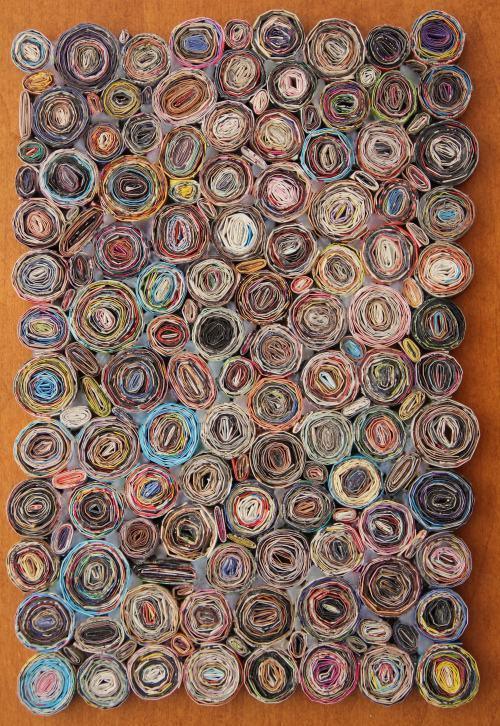 Mural com jornais reciclados