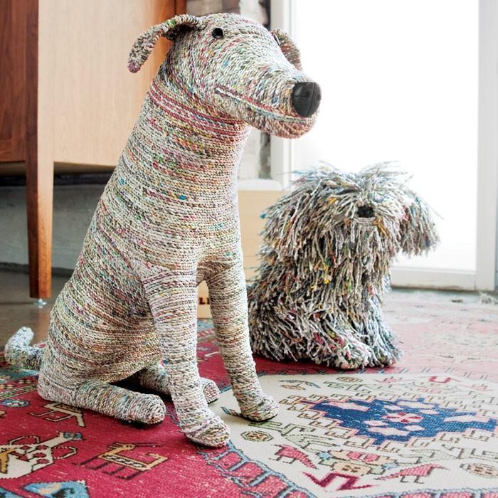 Bonecos de cachorros feitos com jornal reciclado