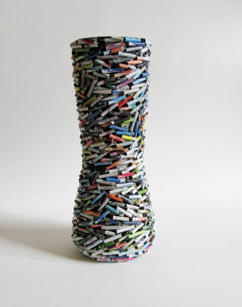 Vaso feito com pequenos rolos de papel de revista