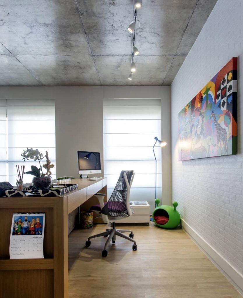 Que tal montar o home office atrás do sofá?