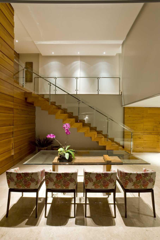Sala Pequena Com Escada ~ Imagem 51 – Sala de estar com escada metálica e jardim vertical