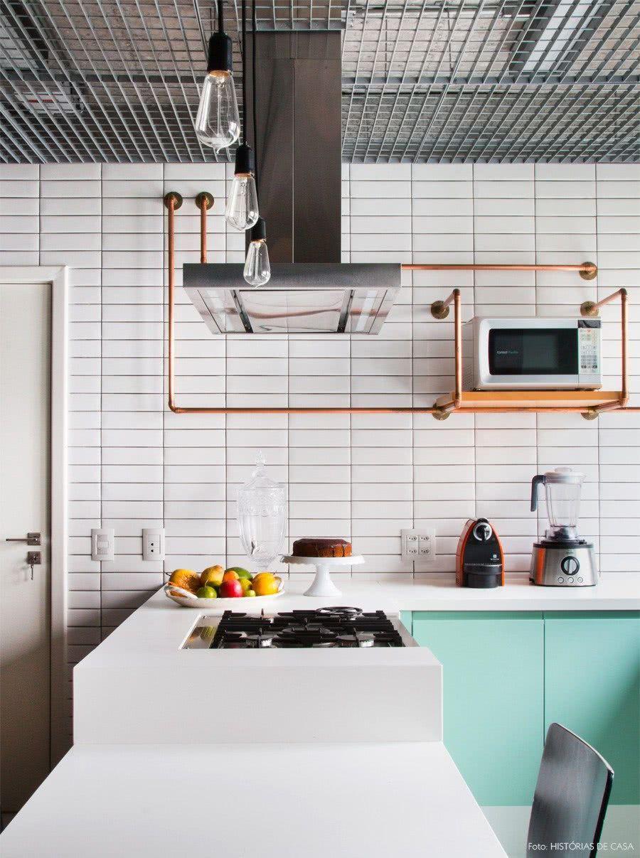 Revestimento inspirados no metrô de Nova York, deixam a cozinha com ar urbano