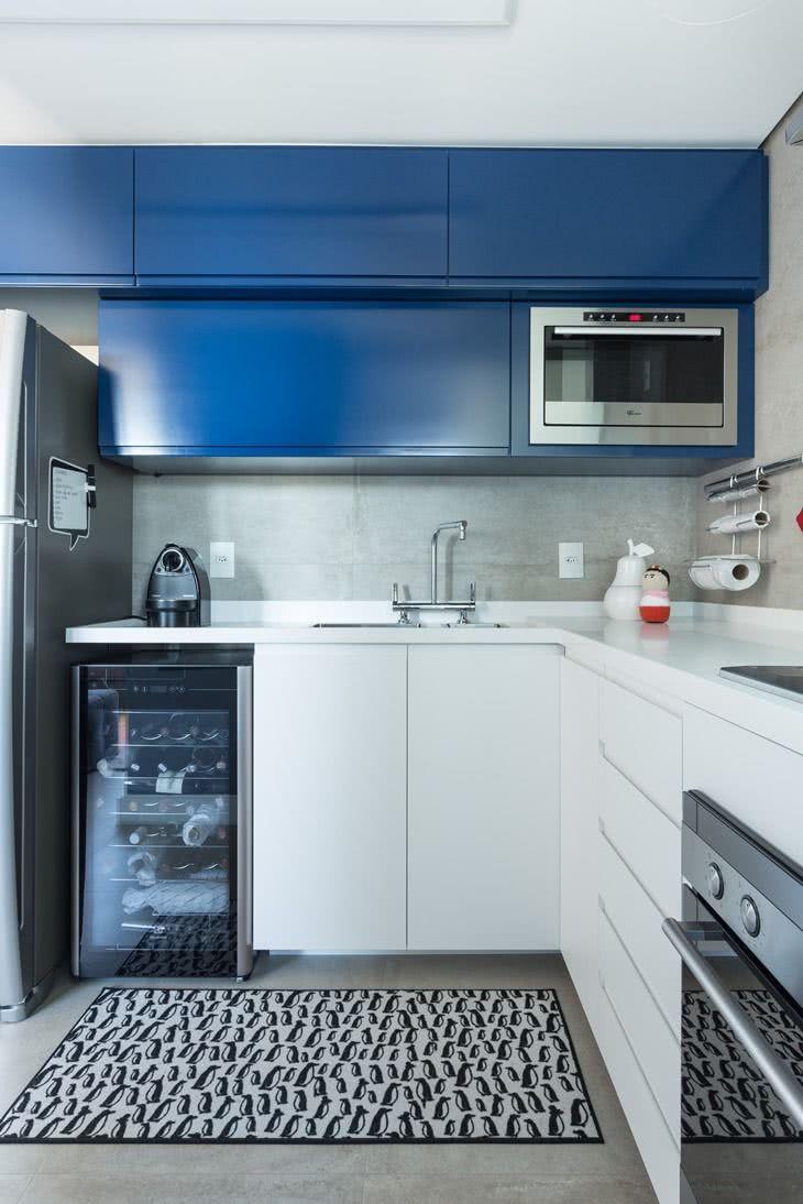 Revestindo a cozinha com o cimento queimado