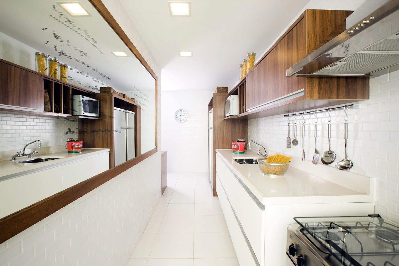 O espelho na parede oposta criou um efeito surpreendente na cozinha
