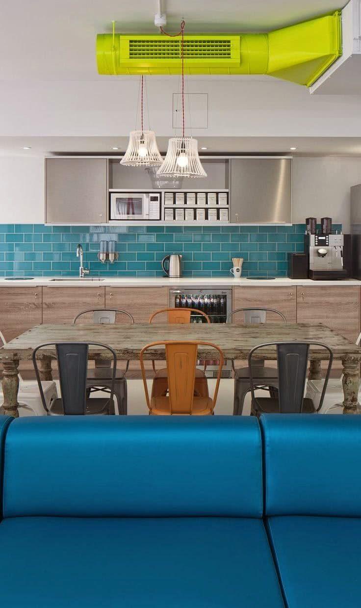Escolha uma cor de sua preferência para revestir a parede da cozinha