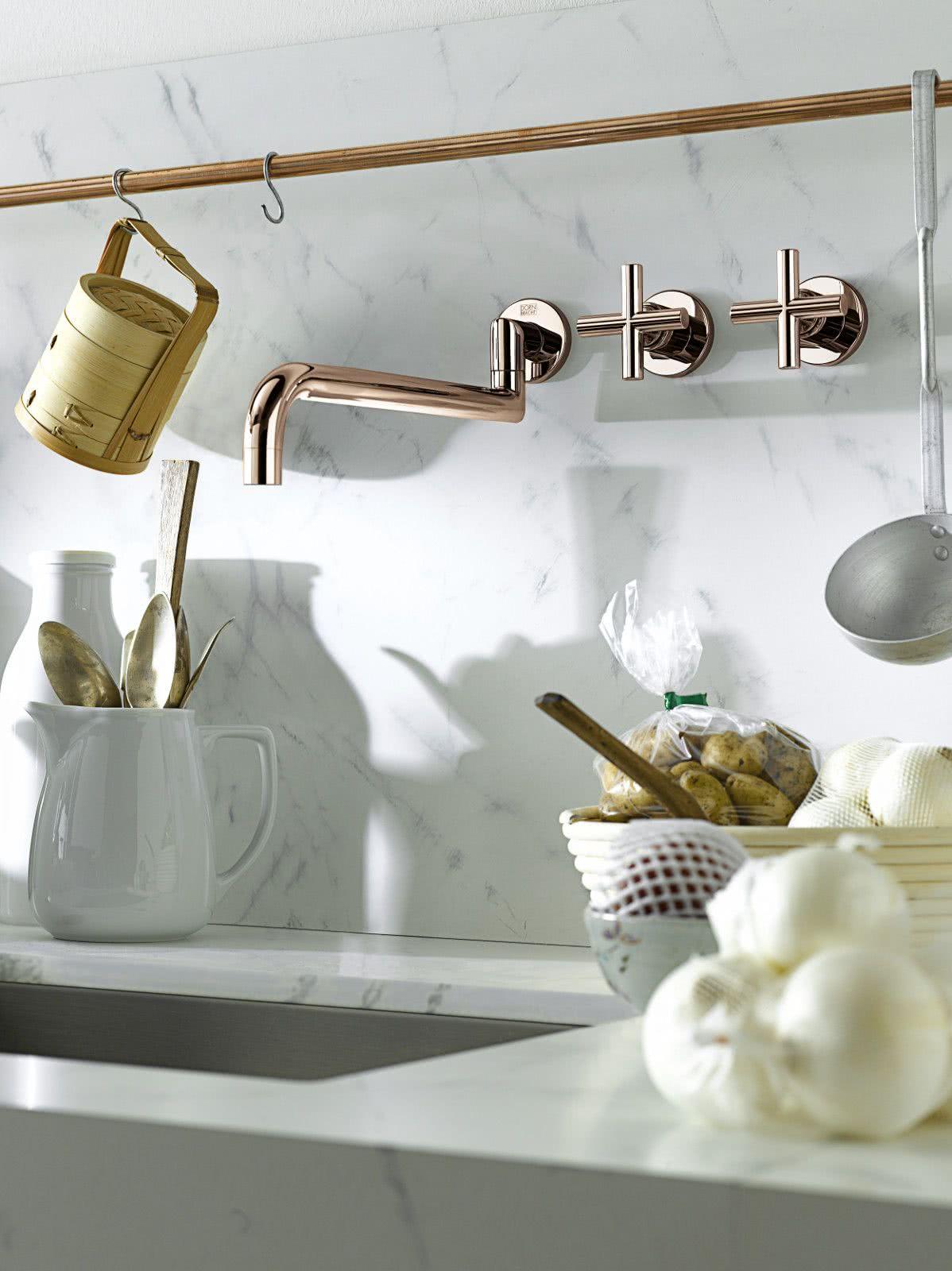 Cozinha com mármore e cobre na decoração