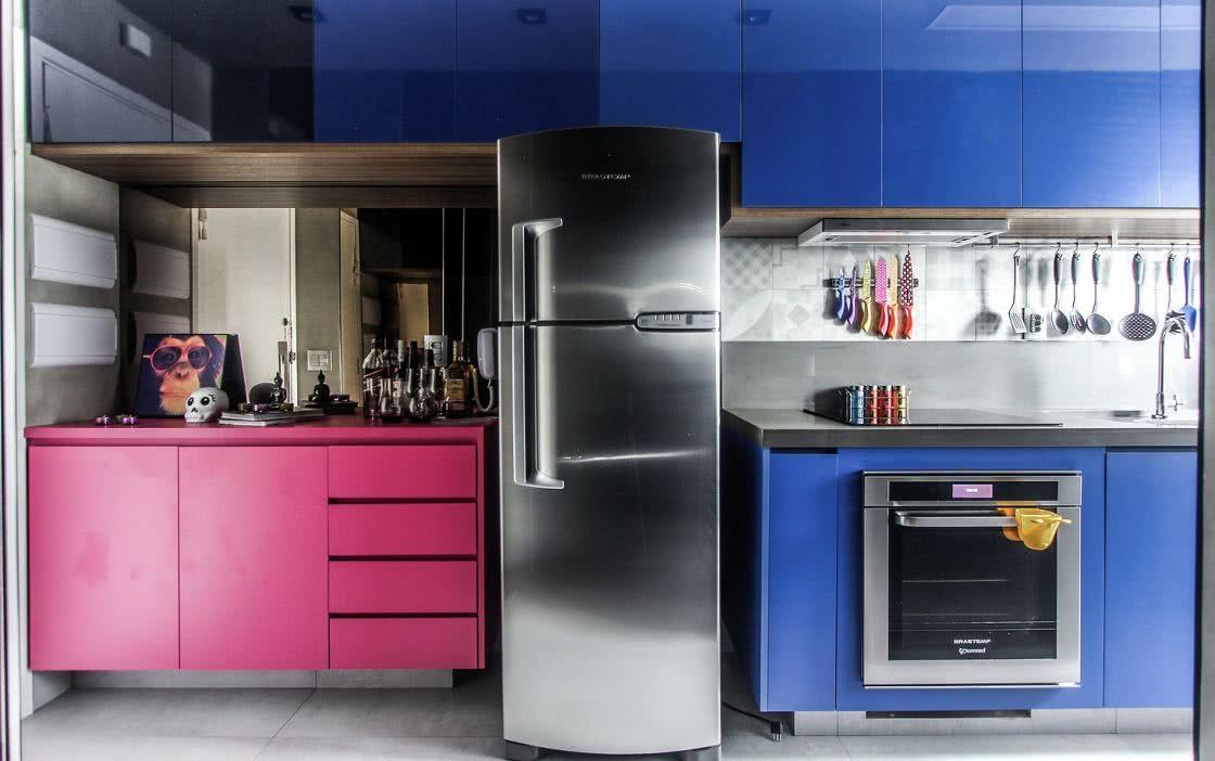 Para cozinhas coloridas aposte em revestimento mais claros