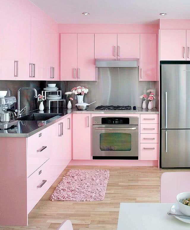 O excesso de rosa pede um acabamento mais suave nessa cozinha