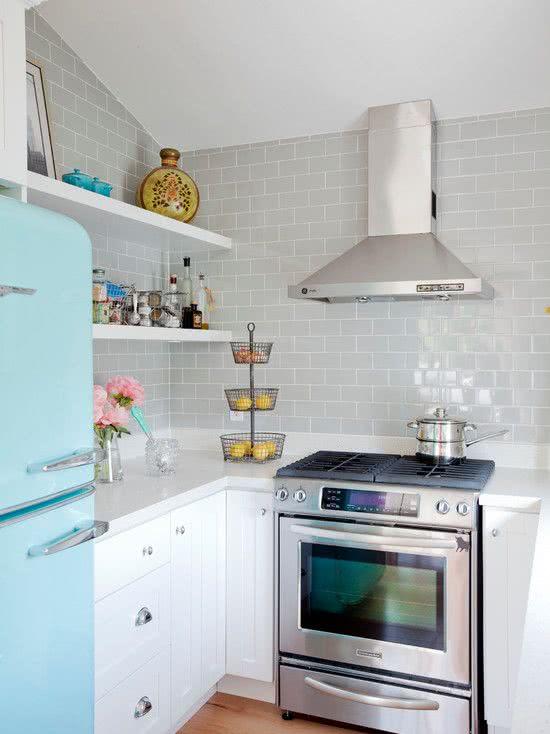 Se a intenção é deixar a cozinha mais neutra, invista em revestimentos mais tradicionais em cores claras