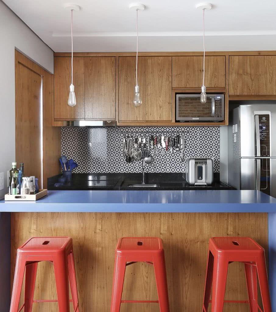 Para uma cozinha alegre utilize itens coloridos e revestimentos estampados
