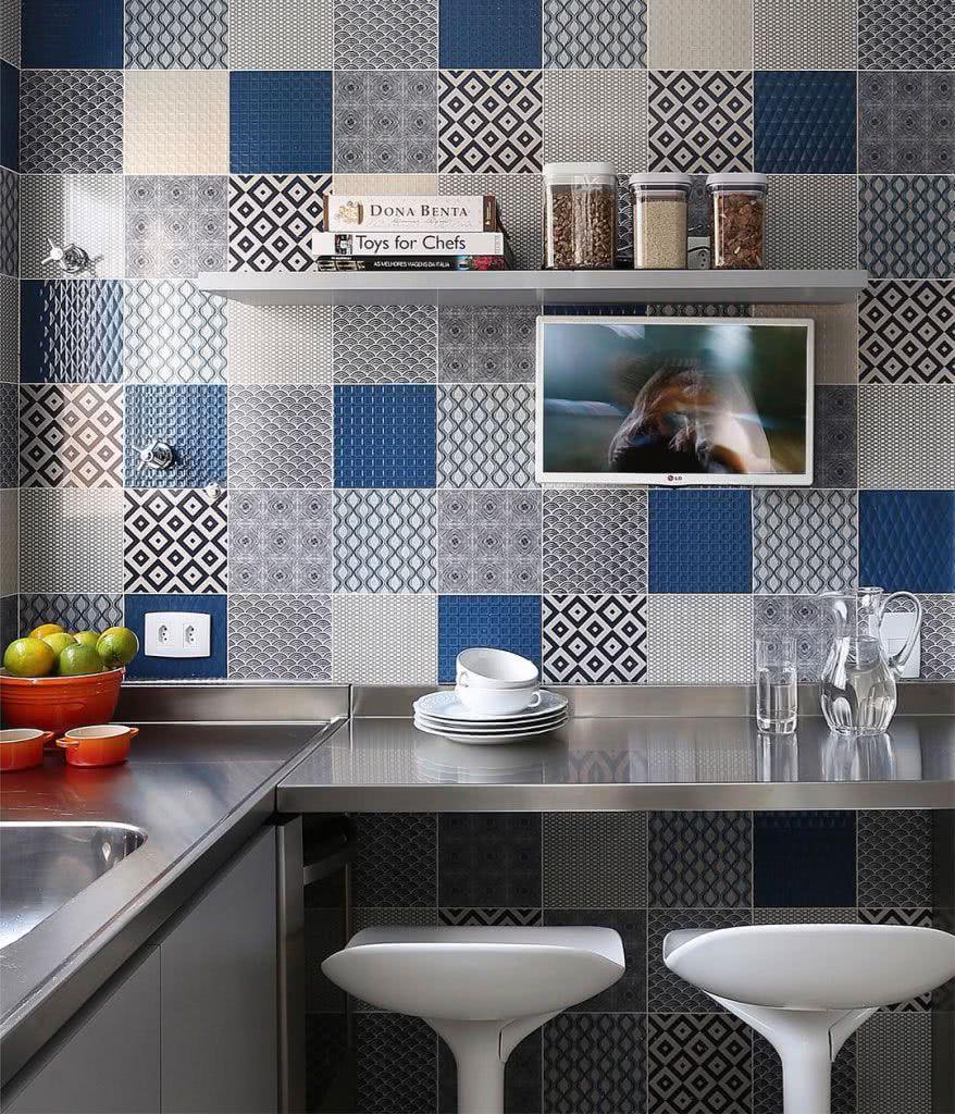 Os azulejos em tons de azul combinam perfeitamente com uma bancada em inox