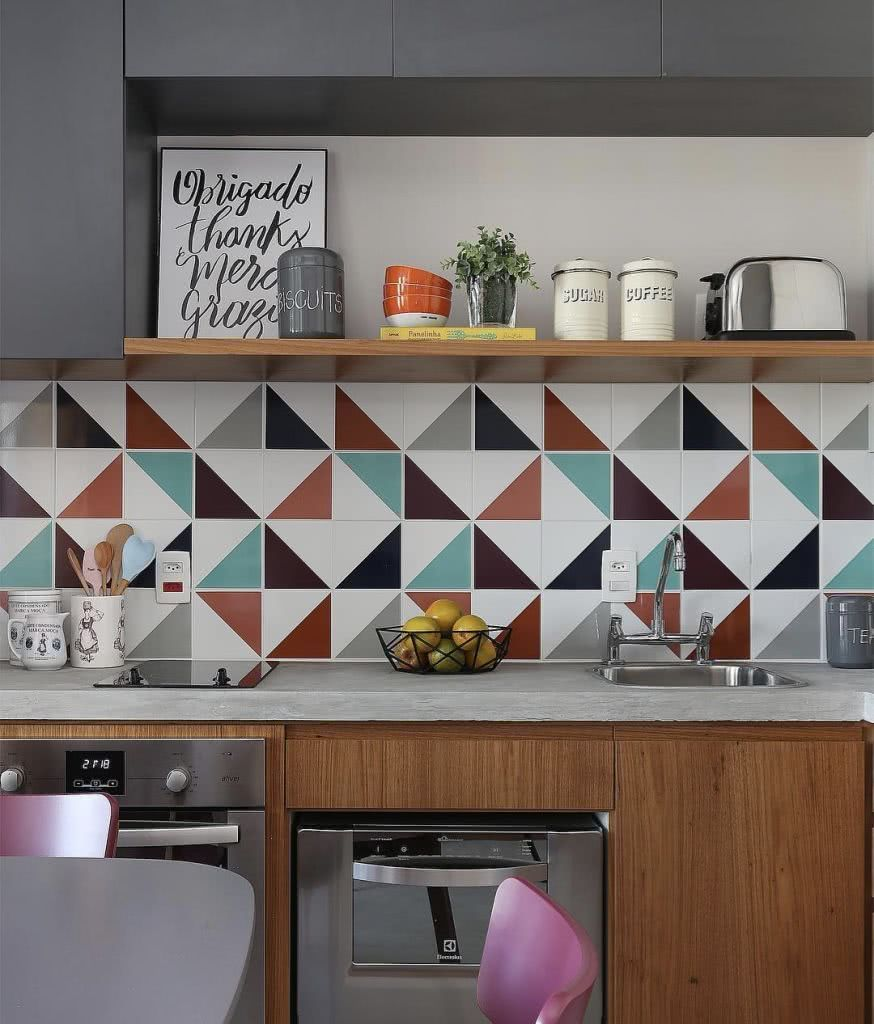 Azulejos com desenho triangular levam movimento para a parede da cozinha