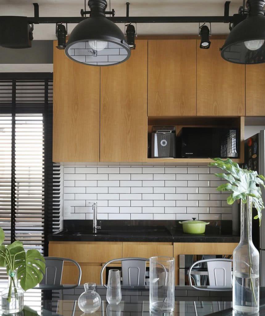 O rejunte mais escuro destaca ainda mais o revestimento branco na cozinha