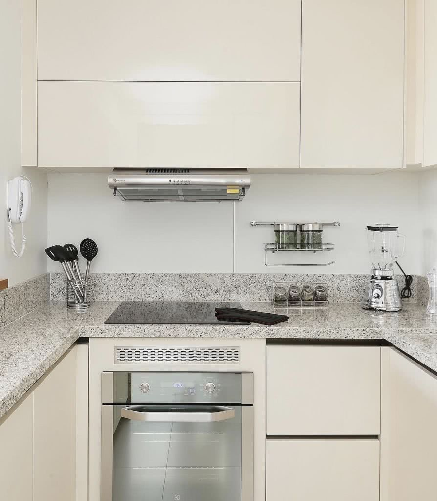 Cozinha com cerâmica retangular branca