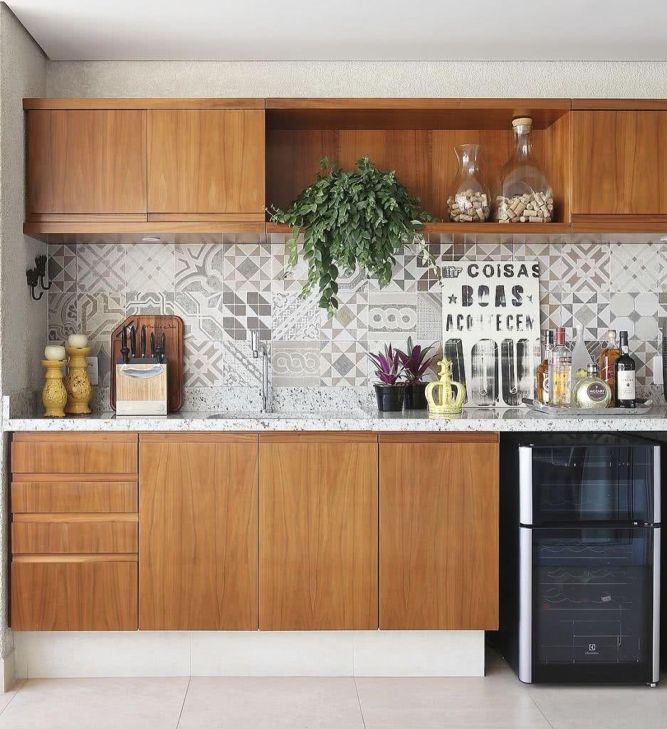 A composição de azulejos traz mais vida para a cozinha